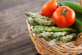 Legumes frescos em uma mesa de madeira — Foto Stock