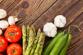 Verdure fresche su un tavolo di legno — Foto Stock