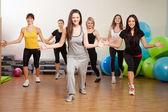 Grupo de entrenamiento en un gimnasio de fitness center — Foto de Stock