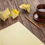 Bloc de notas en una mesa de madera — Foto de Stock
