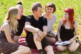 Eleverna har roligt i en park — Stockfoto