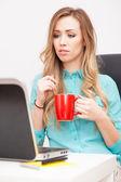 Mladá blonďatá žena pracující s přenosným počítačem — Stock fotografie