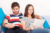 Giovane coppia, lettura di libri a casa — Foto Stock
