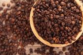 Granos de café tostados en un tazón de fuente — Foto de Stock