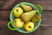 Fresh green apples and pears on a wooden table — Stockfoto