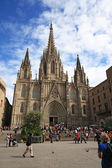 Tourists look at Barcelona cathedral facade — ストック写真