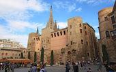 туристы посмотреть на фасад собора барселоны — Стоковое фото