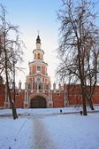 Donskoy Monastery. Gate church and surrounding wall. — Stock Photo