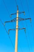 Stå hög av överföring kraftledning på bakgrund av blå himmel — Stockfoto