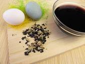 Uova di pasqua tinti con una tintura vegetale dai fiori di malvarosa — Foto Stock