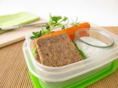 Lunchbox with wholemeal bread and carrots with yogurt dip — Stock Photo