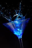溅蓝色马提尼酒 — 图库照片
