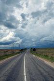 Estrada e o céu de tempestade — Fotografia Stock