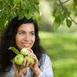 The girl with apples smiles — Stockfoto
