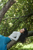 The girl lies on a tree — Stock Photo