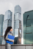 De zakenvrouw kijkt naar boven — Stockfoto