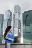 Le regard de femme d'affaires vers le haut — Photo