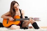 Die junge frau und gitarre — Stockfoto