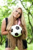 女孩拿着一个球 — 图库照片