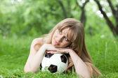 Vrouw en een voetbal — Stockfoto