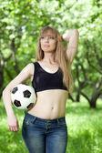 Uma mulher segurando uma bola de futebol — Foto Stock