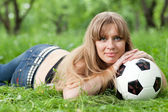 Frau und ein fußball — Stockfoto