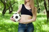 женщина, держащая футбольный мяч — Стоковое фото