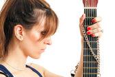 Mujer sosteniendo una guitarra — Foto de Stock