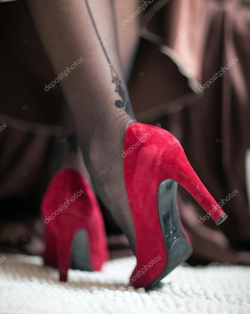 Туфелька на женской ножке
