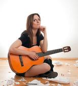 женщина с гитарой — Стоковое фото