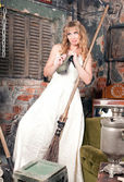 Donna con una scopa — Foto Stock