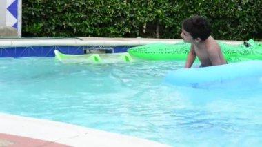 Barn i en pool. — Stockvideo