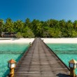 Footbridge over turquoise ocean on an maldivian island — Stockfoto
