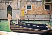 Traditionellen gondeln am pier in venedig — Stockfoto