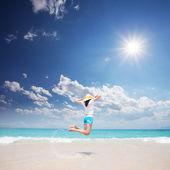 Jeune fille sautant sur la plage — Photo