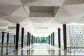 Vide long couloir dans l'immeuble de bureaux moderne. — Photo
