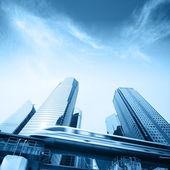 Hogesnelheidstrein gaan door stad — Stockfoto