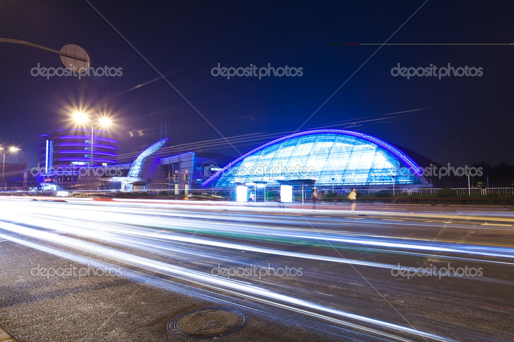 Light trails with the modern building at night — Foto Stock #16031033