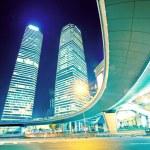 Bina modern arka plan üzerinde ışık rotaları — Stok fotoğraf #16178703