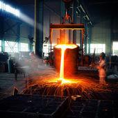 Colada del metal líquido en taller de hogar abierto — Foto de Stock