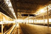 Güneş ışığı ile tren istasyonunda tren — Stok fotoğraf