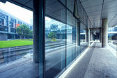 Pusta długi korytarz w nowoczesnym budynku biurowym — Zdjęcie stockowe