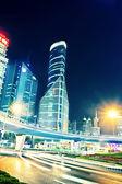Los senderos de luz en el fondo del edificio moderno — Foto de Stock