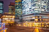 Scena notturna della città moderna — Foto Stock