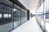 Koridor moderní kancelářské budovy — Stock fotografie