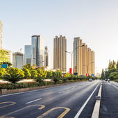 Rue déserte en ville moderne — Photo
