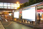 Natt busstation med Tom billboard — Stockfoto