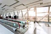 современное здание интерьер с эскалатора — Стоковое фото