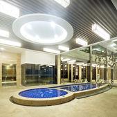 Роскошные плавательных бассейнов в современный отель — Стоковое фото