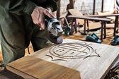 Pracovník vyřezávání dřeva — Stock fotografie